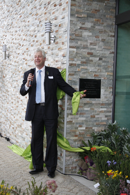 MEC-Alan-Winde-unveiling-the-official-plaque-1